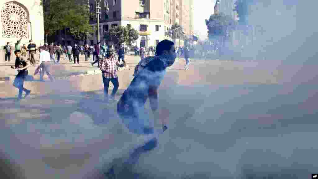 Egyptian protesters clash with security forces near Tahrir square, in Cairo, Egypt, November 28, 2012.