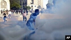 Egyptian protesters clash with security forces near Tahrir square in Cairo, Egypt, November 28, 2012.