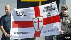 İsveç'in Göteborg kentinde yeni cami inşaatını protesto amacıyla İsveçli aşırı sağcılarla bir arada gösteri düzenleyen İngiliz Savunma Birliği partisi üyeleri