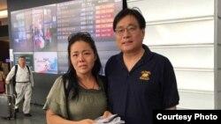 黃燕與台灣關懷中國人權聯盟的理事長楊憲宏在桃園機場。(台灣關懷中國人權聯盟提供)