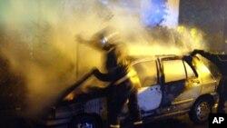 Des pompiers luttent contre un incendie à Dunkirk, France, 6 octobre 2002.