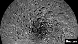 امریکی خلائی ادارے ناسا میں طاقت ور دوربینوں سے چاند کے شمالی قطبی علاقے کی اتاری گئی ایک تصویر۔ فائل