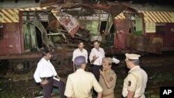 Cảnh sát điều tra tập trung ở ga tàu Mahim tại Mumbai, Ấn Độ, sau vụ nổ bom ngày 11/7/2006.