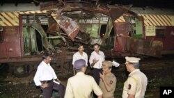 دھماکے کا نشانہ بننے والی ایک ریل گاڑی