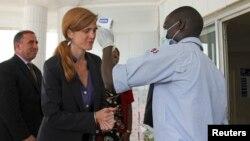 美國駐聯合國大使鮑爾10月26日在聯合國應對伊波拉機構駐畿內亞總部淨手並測量體溫。