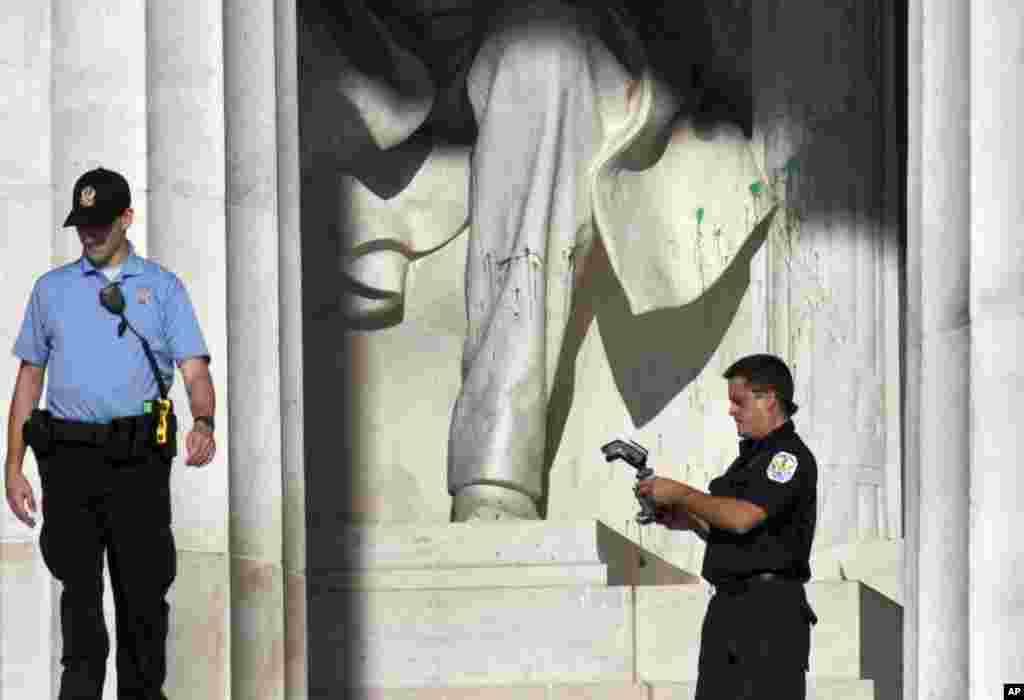 La Policía de Parques de EE.UU. revisa posible evidencia, luego de que el monumento Abraham Lincoln fuera clausurado temporalmente por actos de vandalismo.