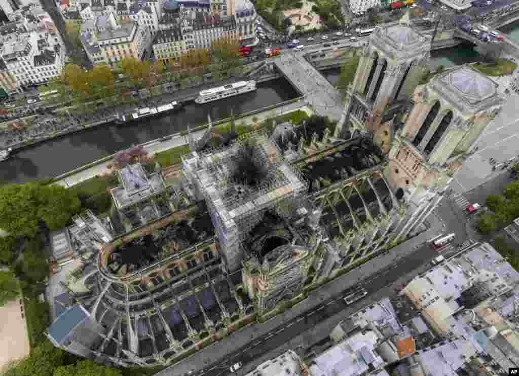 រូបភាពបញ្ចេញដោយគេហទំព័រGigarama.ru បង្ហាញទិដ្ឋភាពពីលើអាកាសទៅលើប្រាសាទ Notre Dame ដែលភ្លើងឆេះ នៅទីក្រុងប៉ារីស ប្រទេសបារាំង។