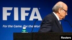 Sepp Blatter se retira del podio donde anunció su renuncia a la presidencia de la FIFA