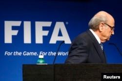 Chủ tịch FIFA Sepp Blatter rời đi sau khi kết thúc bài thông báo tại cuộc họp báo ở trụ sở FIFA, Zurich, Thụy Sĩ, 2/6/2015.