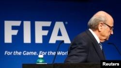 Presiden FIFA Sepp Blatter meninggalkan podium setelah mengumumkan pengunduran dirinya bulan lalu, di Zurich, Swiss.