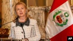 La secretaria de Estado Hillary Clinton presentó en Lima dos nuevas iniciativas para ayudar a las mujeres en toda la región a manejar sus negocios más eficientemente.