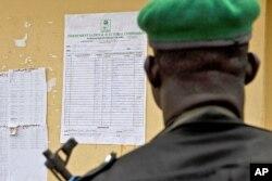 Un policier examinant les résultats de la présidentielle à Yenagoa, dans l'Etat de Bayelsa