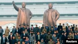 지난 4월 북한 김일성 주석의 102번째 생일을 맞아 평양 주민들이 만수대의 김일성 주석과 김정일 국방위원장 동상을 참배했다. (자료사진)