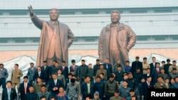 북한 김일성 주석의 102번째 생일을 맞은 지난해 4월 15일, 평양 주민들이 만수대에서 김일성 주석과 김정일 국방위원장 동상을 참배했다. (자료사진)