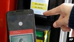 一位谷歌公司雇员在旧金山展示在手机上操作安卓支付(2015年5月28日)