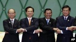 ຈາກຊ້າຍຫາຂວາ: ນາຍົກລັດຖະມົນຕີມຽນມາ ທ່ານ Thein Sein, ນາຍົກລັດຖະມົນຕີຫວຽດນາມ ທ່ານ Nguyen Tan Dung, ນາຍົກລັດຖະມົນຕີກຳປູເຈຍ ທ່ານຮຸນເຊນ, ນາຍົກລັດຖະມົນຕີລາວ ທ່ານບົວສອນ ບຸບຜາວັນ ຈັບມືກັນໃນຕອນເປີດປະຊຸມສຸດຍອດ ຄັ້ງທີ 5 ຂອງກຸ່ມ CMLV ທີ່ນະຄອນຫຼວງພະນົມເປັນ (16 ພະຈິກ 2