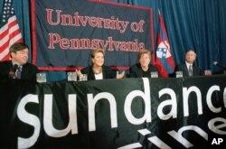Pennsivlaniya Universiteti rəhbərliyi və aktyor Robert Redford kampusda Sundance Film mərkəzlərinin yaradılacağını elan edirlər. 2 oktyabr, 1998 (AP Foto/William Thomas Cain)