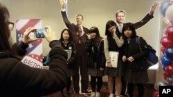 7일 서울 주재 미국대사관에서 열린 미 대선 개표 관전행사에서 바락 오바마 대통령과 미트 롬니 공화당 후보의 종이 인형과 함께 사진을 찍는 학생들.