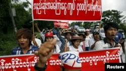 RTX1K1QZ 12 Jul. 2015 Yangon, Myanmar Workers march during a protest to demand for minimum wage in Hlaing Tharyar industrial zone in Yangon July 12, 2015. Workers from the industrial zone took part in the demonstration on Sunday to demand a minimum wage o