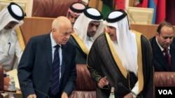 Sekretè-Jeneral Lig Arab la, Nabil al-Arabi, agoch, ak minis afè etranjè Qatawa a, Cheik Hamad bin Jassim Al Thani. (Achiv).
