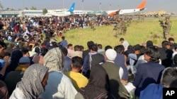 کابل ایئرپورٹ پر انخلا کے خواہش مند افراد کی بھیڑ کا ایک منظر