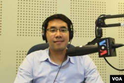 "Dr. Deth Sok Udom, Dean of Academic Affairs of Zaman University participates in a discussion on ""Thailand's Ongoing Political Problems and Impacts on Asean Integration"" during VOA Khmer's Hello VOA radio call-in show's monthly ""Asean Corner"" program, Thursday, March 5, 2015. (Lim Sothy/VOA Khmer)"