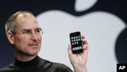 استیو جابز، از بنیانگذاران اپل، در حال رونمایی از یکی از مدل های تلفن همراه هوشمند آیفون. آقای جابز ۵ اکتبر ۲۰۱۱ از دنیا رفت.