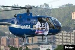 27일 베네수엘라 경찰 헬기가 대법원을 공습한 뒤 '자유-헌법 350조'라고 적힌 현수막을 내건채 날고 있다.