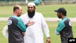 قومی کرکٹ ٹیم کے چیف سلیکٹر انضمام الحق کوچ مکی آرتھر اور کپتان سرفراز احمد سے مشاورت کر رہے ہیں۔ (فائل فوٹو)