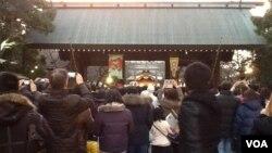 新年伊始到靖國神社參拜的人群。(美國之音小玉拍攝)