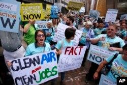 环保活动人士举行抗议要求更严格的环保措施