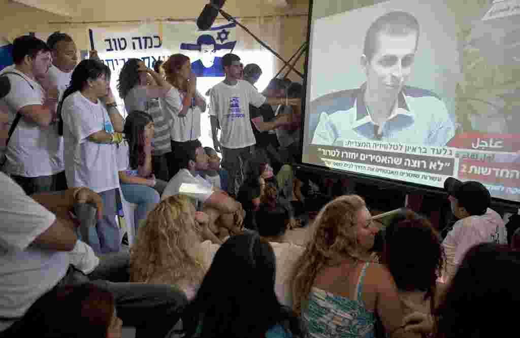 En el poblado de Mitzpe Hila, en el norte de Israel, los pobladores siguen una entrevista televisiva con Gilad Shalit.