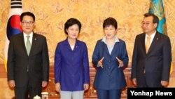 박근혜 한국 대통령이 12일 오후 청와대에서 열린 여야 3당 대표 회동에서 북한의 5차 핵실험으로 인한 안보 상황과 대응 방안 등을 주로 논의했다. 왼쪽부터 국민의당 박지원 비상대책위원장, 더불어민주당 추미애 대표, 박근혜 대통령, 새누리당 이정현 대표.