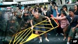 28일 태국 방콕에서 반 쿠데타 시위대과 군인들과 충돌하고 있다.