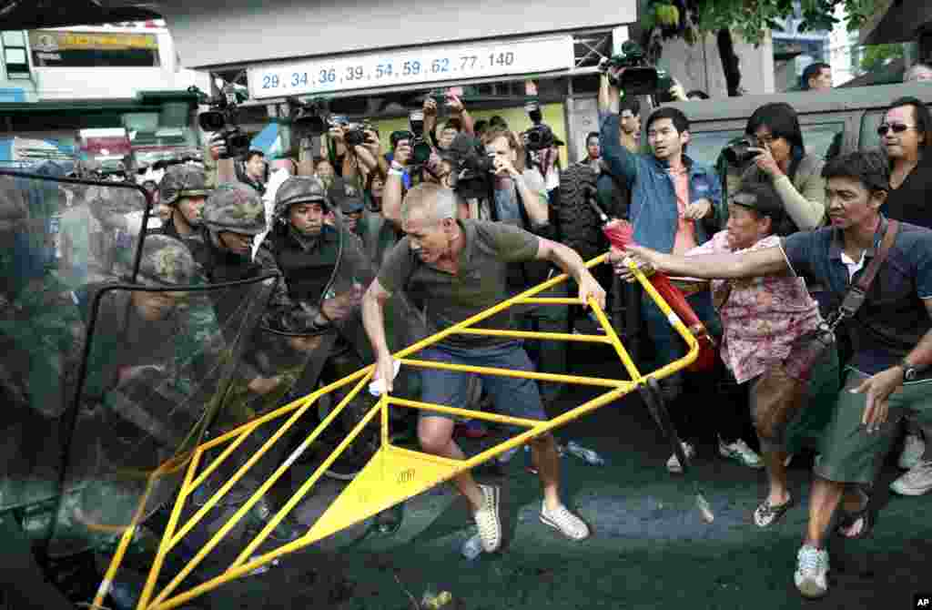 Protesters scuffle with Thai soldiers during an anti-coup demonstration at the Victory Monument, in Bangkok, May 28, 2014.