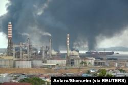 Asap tebal mengepul dari kebakaran akibat tumpahan minyak di perairan Balikpapan, Kalimantan Timur, 31 Maret 2018. (Foto: Antara/Sheravim via REUTERS)