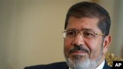 Foto de archivo del expresidente Mohamed Morsi que será juzgado por incitar el asesinato de 10 personas.