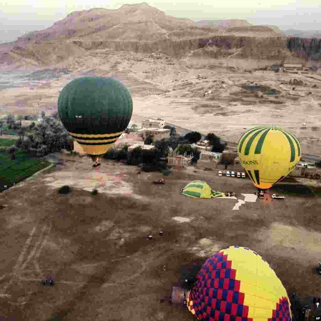 Tempat peluncuran balon udara dekat Luxor di Mesir, sesaat sebelum sebuah balon udara meledak (26/2).