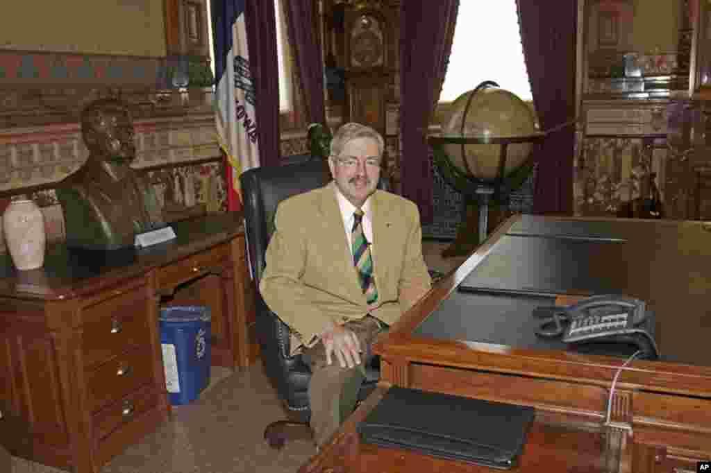 爱荷华州长布兰斯塔德1985年4月就在这个办公室接待过来访的习近平,27年前他也是州长。习近平当时担任河北省正定县委书记,他带着石家庄地区饲料代表团访问了爱荷华。
