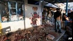 Confusión en las afueras de una escuela de Naciones Unidas bombardeada por tanques israelíes en Gaza.