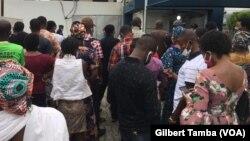 Les clients devant une banque de la capitale fédérale Abuja, le 6 mai 2020. (VOA/Gilbert Tamba)