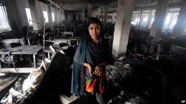 Công nhân dệt may Bangladesh bên trong xưởng may bị hoả hoạn ở Dhaka, Bangladesh, ngày 27/1/2013.