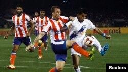 孟买市FC足球队的迭戈•费尔南多•纳达亚(右)与加尔各答竞技队的何塞•米格尔•冈萨雷斯•雷在加尔各答盐湖体育场举行的印度超级联赛开场赛中争抢。(2014年10月12日)