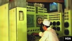 朝鮮工程師正在一個核實驗室工作