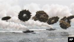 Angkatan Laut Korea Selatan saat melakukan latihan militer bersama Angkatan Laut AS di Pohang (31/3).