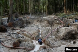 Seorang penambang di tambang emas ilegal, kawasan pelestarian lingkungan di hutan hujan Amazon, Itaituba, negara bagian Para, Brazil, 3 September 2021. Gambar diambil 3 September 2021. (REUTERS/Lucas Landau)