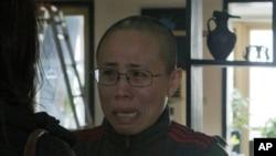 Bà Lưu Hà, vợ ông Lưu Hiểu Ba, phản ứng đầy xúc động trước chuyến thăm tới nhà bà của các nhà báo của hãng thông tấn AP.