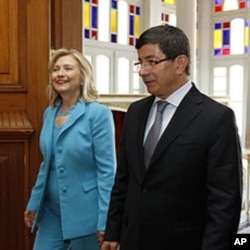 US Secretary of State Hillary Clinton and Turkey's Foreign Minister Ahmet Davutoglu walk before their meeting in Istanbul, July 16, 2011
