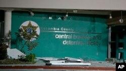 Escombros frente a la entrada de la cárcel del condado de Escambia, en Florida, luego de una explosión que dejó 150 heridos.