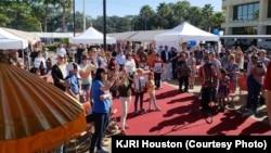 Warga Houston menikmati berbagai pertunjukkan dalam Festival Indonesia (Courtesy: KJRI Houston)
